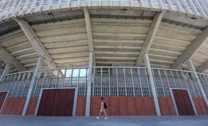 Una mujer pasa este lunes por delante de la plaza de toros de Getafe, en el sur de la Comunidad de Madrid.