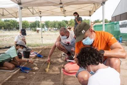 DVD 1070 (11/09/2021) Alcalá de Henares. Centro Complutum. Ciudad Romana.Actividad de excavación con ayudad de los padres y el monitor.David Expósito